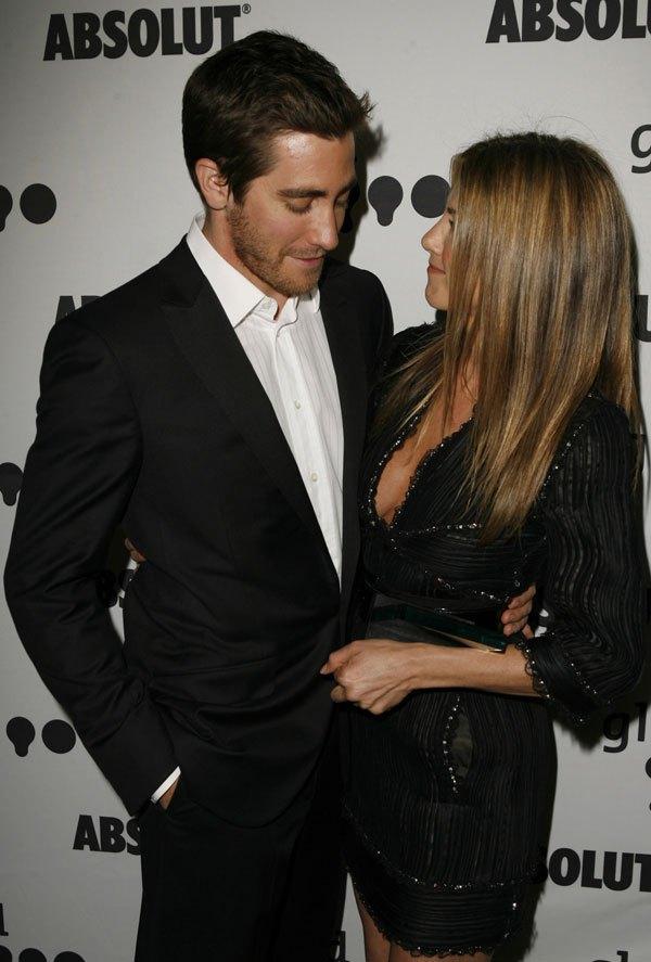 jake gyllenhaal stares at jennifer aniston boobs