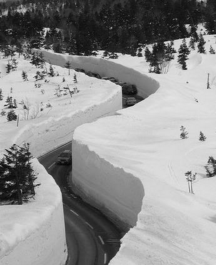 huge snow drifts in japan
