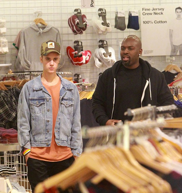justin-bieber-shopping-in-los-angeles